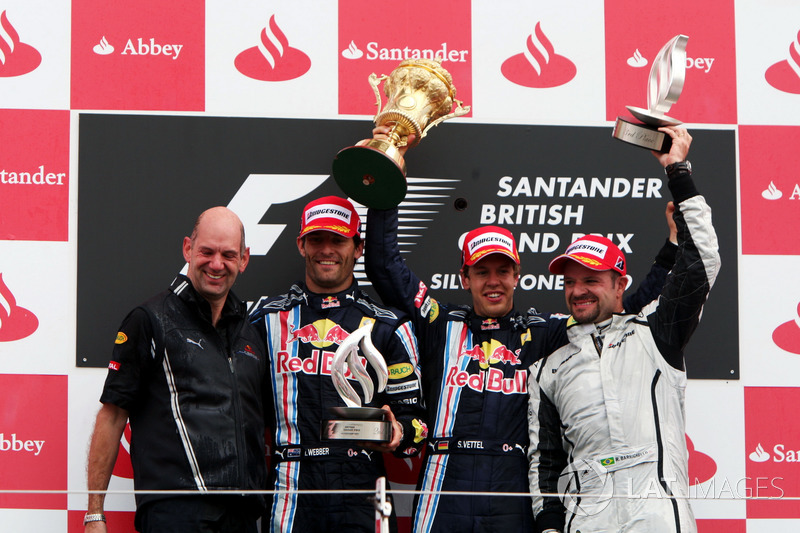 Podio: Adrian Newey, director técnico de Red Bull Racing, segundo puesto Mark Webber, Red Bull Racing, ganador de la carrera Sebastian Vettel, Red Bull Racing, tercer puesto Rubens Barrichello, GP Brawn