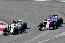 Charles Leclerc, Sauber C37 ve Sergio Perez, Force India VJM11