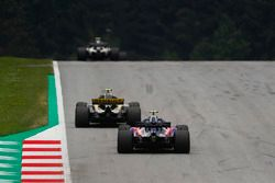 Carlos Sainz Jr., Renault Sport F1 Team R.S. 18, za nim Pierre Gasly, Toro Rosso STR13