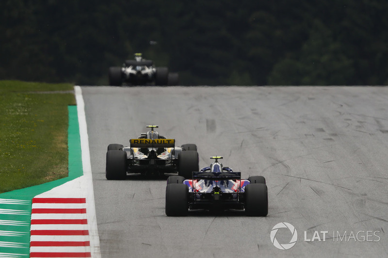 Carlos Sainz Jr., Renault Sport F1 Team R.S. 18, devant Pierre Gasly, Toro Rosso STR13