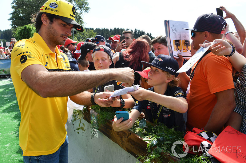 Carlos Sainz Jr., Renault Sport F1 Team, atiende a los fans