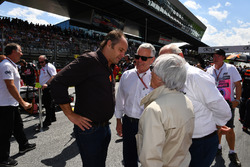 Gerhard Berger, Derek Warwick, Burkhard Hummell, WWP Agency and Bernie Ecclestone, on the grid