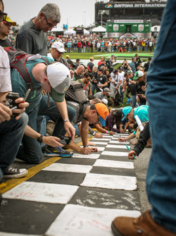 Fans signs the Start-finish-line