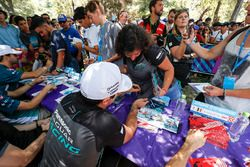 Nelson Piquet Jr., Jaguar Racing signe le t-shirt d'un fan