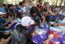 Nelson Piquet Jr., Jaguar Racing autografa la tshirt di un fan