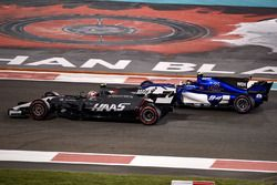 Кевин Магнуссен, Haas F1 Team VF-17, и Паскаль Верляйн, Sauber C36