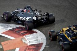 Romain Grosjean, Haas F1 Team VF-17 et Nico Hulkenberg, Renault Sport F1 Team RS17 en lutte