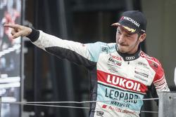 Podium: Racewinnaar Tom Coronel, Boutsen Ginion Racing Honda Civic Type R TCR