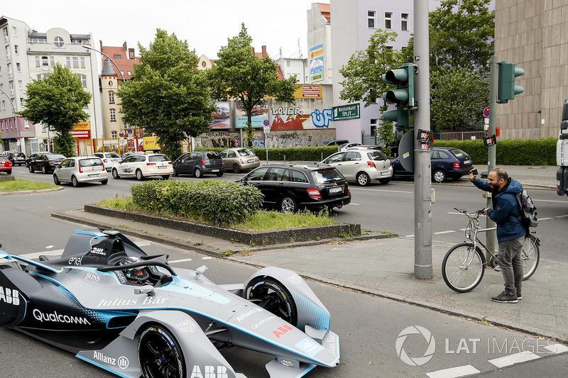 Нико Росберг за рулем автомобиля Формулы E нового поколения