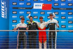 Podium: Race winner Esteban Guerrieri, Campos Racing, Chevrolet RML Cruze TC1, second place Yann Ehr