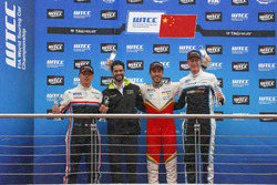 Podium: Race winner Esteban Guerrieri, Campos Racing, Chevrolet RML Cruze TC1, second place Yann Ehr