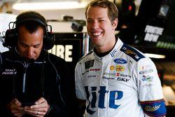 Brad Keselowski, Team Penske, Ford Fusion y el jefe de equipo Paul Wolfe