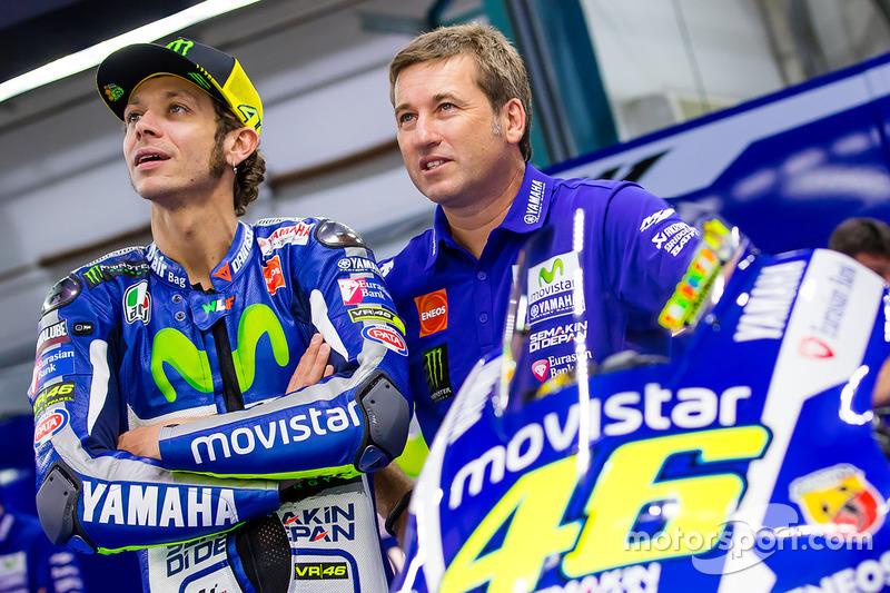 Гонщик Yamaha Factory Racing Валентино Росси и механик Алекс Бриггс