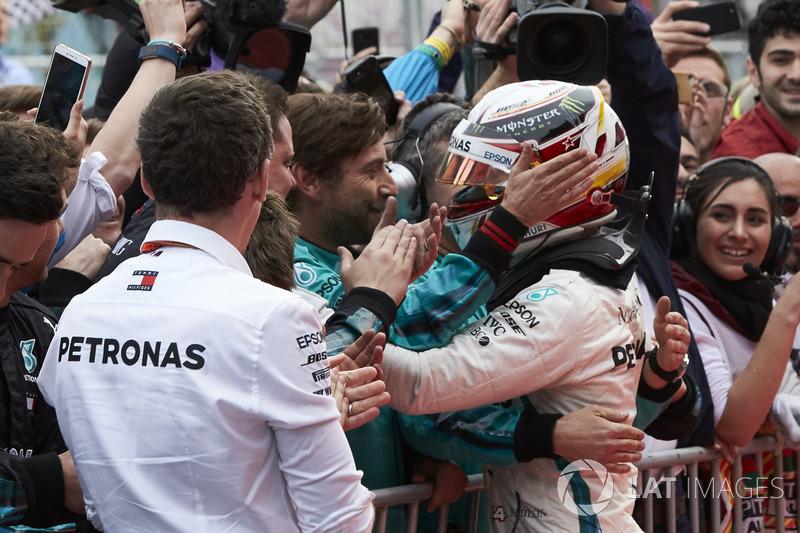 Lewis Hamilton, Mercedes AMG F1, świętuje zwycięstwo w parku zamkniętym