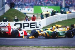 Ayrton Senna, McLaren MP4 / 7A Honda es sacado por Michael Schumacher, Benetton B192 Ford en Adelaide en la primera vuelta