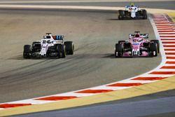Лэнс Стролл, Williams FW41, Серхио Перес, Sahara Force India F1 VJM11, и Сергей Сироткин, Williams F