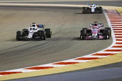 Lance Stroll, Williams FW41 Mercedes, en lutte avec Sergio Perez, Force India VJM11 Mercedes, devant Sergey Sirotkin, Williams FW41 Mercedes