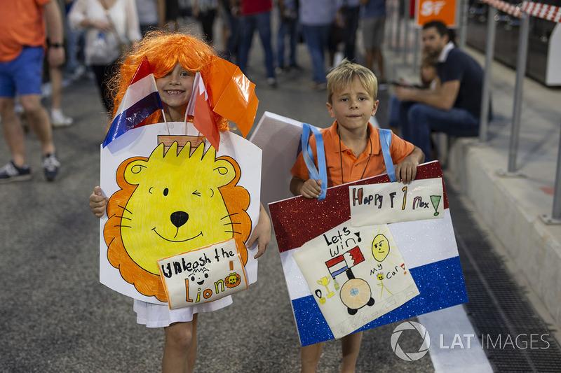 Fans con pancartas en el Walkabout de pit lane