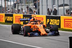 Stoffel Vandoorne, McLaren MCL33, con una foratura