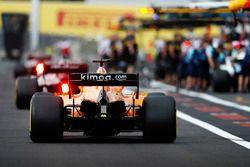 Fernando Alonso, McLaren MCL33, rentre au stand