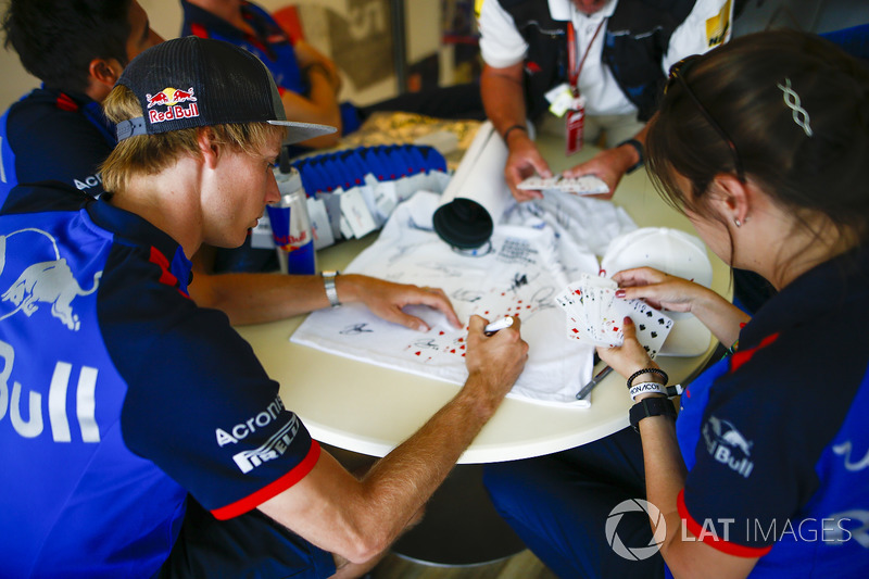 Brendon Hartley, Toro Rosso, signs playing cards
