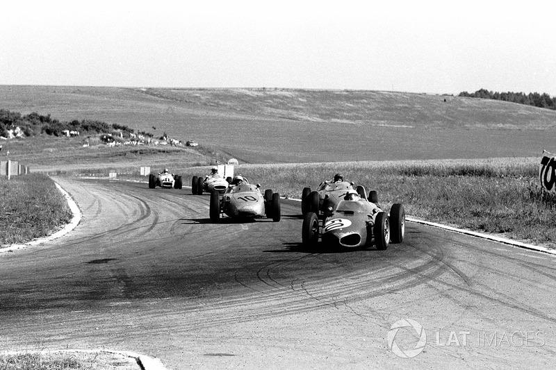 За два круга до финиша силы выровнялись – Бонье (№10) остановился у гаражей немецкой команды с отказавшим мотором