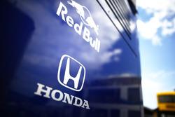 Red Bull en Honda badges op de Toro Rosso team truck