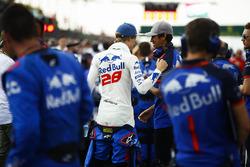 Brendon Hartley, Toro Rosso, habla con Sean Gelael, Toro Rosso