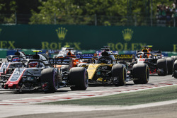 Kevin Magnussen, Haas F1 Team VF-18, leads Nico Hulkenberg, Renault Sport F1 Team R.S. 18, Fernando Alonso, McLaren MCL33, Daniel Ricciardo, Red Bull Racing RB14, and the remainder of the field at the start of the race