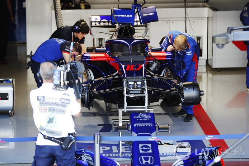 Les mécaniciens Toro Rosso travaillent sur la monoplace de Pierre Gasly, Toro Rosso STR13