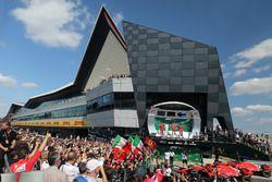 Lewis Hamilton, Mercedes-AMG F1, Claudio Albertini, ingegnere Ferrari, Sebastian Vettel, Ferrari e Kimi Raikkonen, Ferrari, festeggiano sul podio