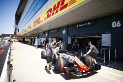 Haas mechanics wheel the Kevin Magnussen Haas F1 Team VF-18