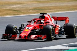 Sebastian Vettel, Ferrari SF71H,saluda a los aficionados después de ganar la carrera