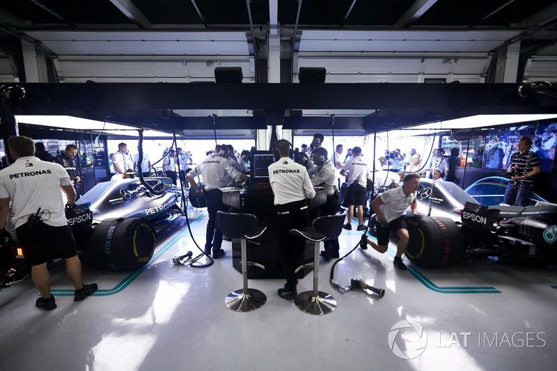Les ingénieurs au travail dans le garage Mercedes
