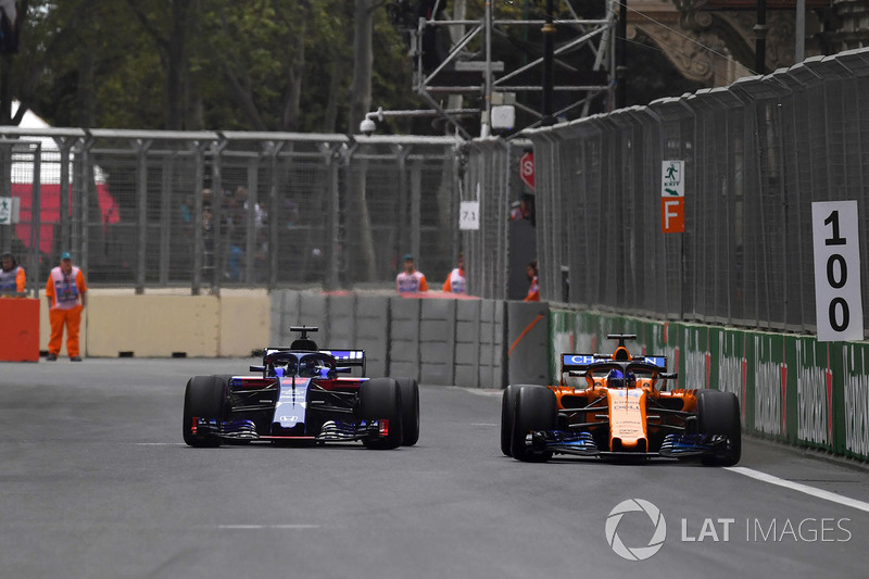 Brendon Hartley, Scuderia Toro Rosso STR13 and Fernando Alonso, McLaren MCL33