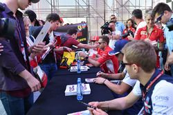 Гонщики Ferrari Себастьян Феттель и Кими Райкконен