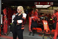 Christina Aguilera dans le garage Ferrari