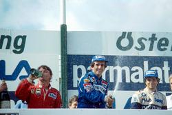 Podium : le vainqueur Alain Prost, le deuxième René Arnoux, le troisième Nelson Piquet