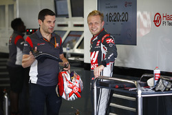 Kevin Magnussen, Haas F1 Team, con l'ingegnere Guiliano Salvi