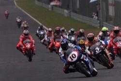 Action beim 500er-Rennen in Sepang 1999: Kenny Roberts Jr., Suzuki führt