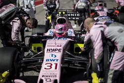 The car of Esteban Ocon, Sahara Force India VJM10 wqith the mechanics