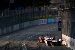 Edoardo Mortara, Venturi Formula E, precede Nick Heidfeld, Mahindra Racing