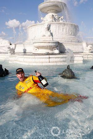 Ryan Hunter-Reay, Andretti Autosport Honda viert zijn overwinning in de Scott Fountain