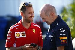 Sebastian Vettel, Ferrari, con Adrian Newey, director técnico, Red Bull Racing