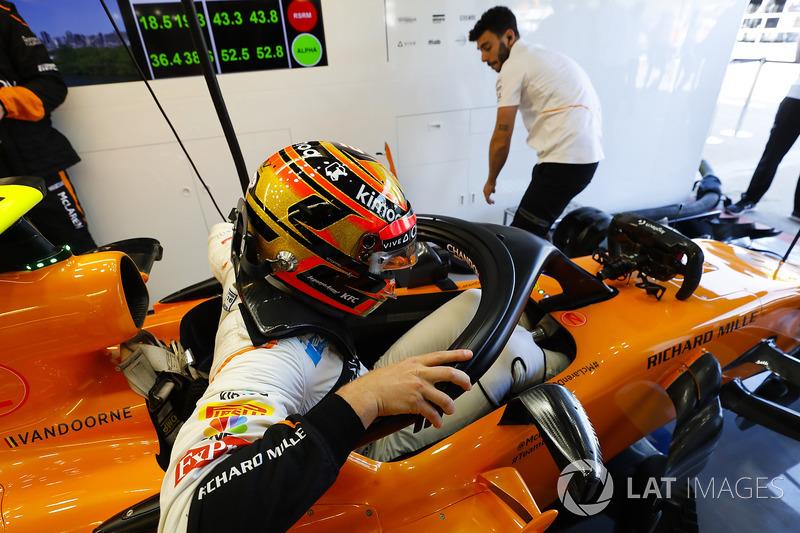 Stoffel Vandoorne, McLaren, entre dans son cockpit