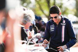 Esteban Ocon, Force India, firma autógrafos