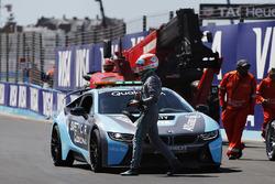 Nelson Piquet Jr., Jaguar Racing, sale sulla BMW i8 safety car dopo l'incidente