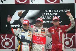 Heikki Kovalainen, Renault R27 festeggia sul podio con Lewis Hamilton, McLaren Mercedes MP4/22 e Kimi Raikkonen, Ferrari F2007