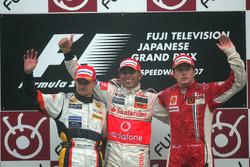 Heikki Kovalainen, Renault R27 , Lewis Hamilton, McLaren Mercedes MP4/22 et Kimi Raikkonen, Ferrari F2007
