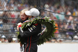 1. Will Power, Team Penske Chevrolet, mit Sohn Beau